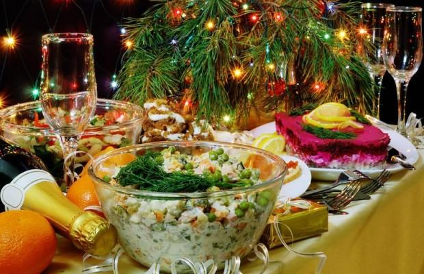 Год Огенного Петуха праздничное оформление стола1