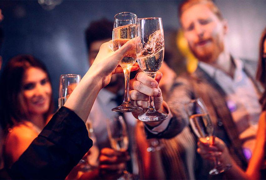 Как выбрать ведущего для новогоднего корпоратива: 10 советов и 5 критериев